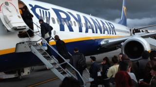 Putnici se ukrcavaju na let Rajan era