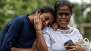 स्फोटात मृत्युमुखी पडलेल्या नातलगांना अखेरचा निरोप देणारे कुटुंबीय