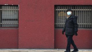 Güney Kore'de maske takan bir kişi