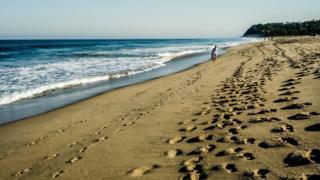 Hombre caminando en la playa