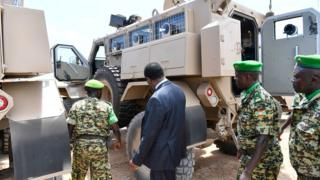 Intumwa idasanzwe ya AU muri Somalia yerekwa ibyo bikoresho by'ingabo z'u Burundi ziri mu butumwa bwa AMISOM