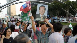 HOUSTON, UNITED STATES: Supporters of Taiwan's President Chen Shui-bian hold up posters and signs and wave the Taiwanese flag outside the Post Oak Doubletree Hotel in Houston, TX, 02 June 2001 while protesters were kept across six lanes of traffic. Chen Shui-bian arrived in Houston from Honduras, the final stop in a five-nation Latin American tour, for a weekend transit stop in the USA.