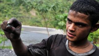 Un minero muestra a cámara una pequeña esmeralda que extrajo de la mina de Muzo, una de las más importantes del país.