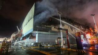 23일 오전 발생한 화재의 불길이 잡히지 않고 계속 번지며 소방당국이 실종자 구조작업에 어려움을 겪었다
