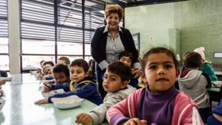 Elizabeth Castor com crianças no Centro Educacional João Paulo 2º