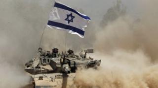 Tanque con la bandera de Israel (foto de archivo)