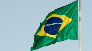 Bandeira brasileira hasteada