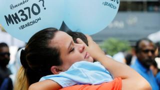 MH370失蹤乘客的家屬擁抱