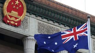中国国徽和澳洲国旗