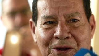General Mourão sonríe durante una entrevista