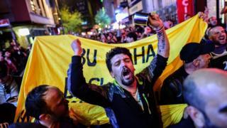 反對公投結果的土耳其民眾上街敲鍋碗瓢盆表達抗議。