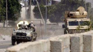 جنود موالون لحكومة الوفاق الوطني خلال اشتباك مع قوات حفتر جنوبي العاصمة طرابلس في 29 أبريل/نيسان 2019