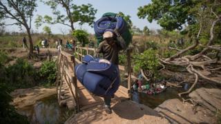 Des réfugiés du Soudan du Sud franchissant la frontière pour se réfugier en Ouganda, en février dernier (illustration)