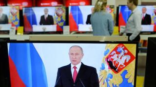 телевизор транслирует выступление президента Владимира Путина