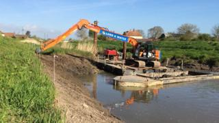 Dredging work downstream of Northmoor and the M5 near Taunton (May 2016)