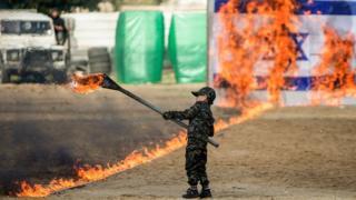 Палестинский мальчик жжет израильский флаг