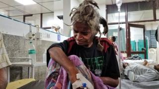 مرأة تجلس على السرير في المستشفى