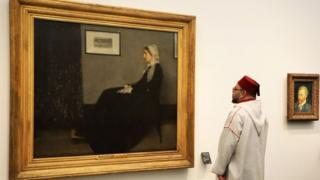 """El rey Mohammed VI mira la pintura """"Whistler's Mother"""" de James Abbott McNeill Whistler (1871) durante la inauguración del museo."""
