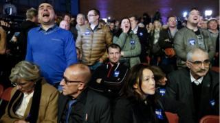 選挙結果にショックを受ける国民戦線支持者たち