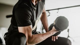 مردی در حال وزنه زدن
