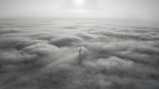 Верхушка меча статуи Родины-матери в тумане