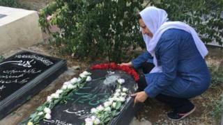عکس کمپین حقوق بشر ایران از خانم اکملی در کنار آرامگاه فرزندش
