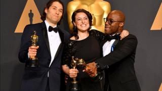 Les producteurs Jeremy Kleiner (L) et Adele Romanski (C), lauréats du prix du meilleur film pour 'Moonlight'