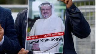 متظاهر أمام القنصلية السعودية