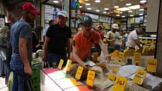 إقبال كبير على الأسواق في معظم المدن العربية مع بدء شهر رمضان