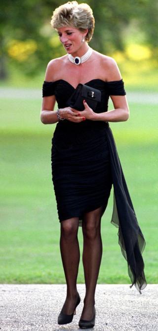 Diana usando um de seus vestidos icônicos