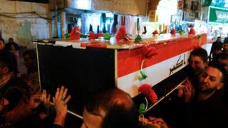 مراسم تشییع یکی از قربانیان حملات روز گذشته بغداد که در نجف برگزار شده است