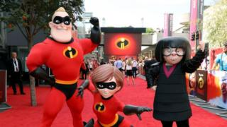 Mr Incredible, Elastigirl y Edna Mode posan en el estreno en Reino Unido de 'Incredibles 2' de Disney-Pixar en BFI Southbank el 8 de julio de 2018 en Londres, Inglaterra