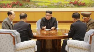 Kuzey Kore lideri Kim Jong-Un, parti yetkilileri ve askeri yetkililer