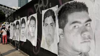 Carteles con los rostros de los desaparecidos