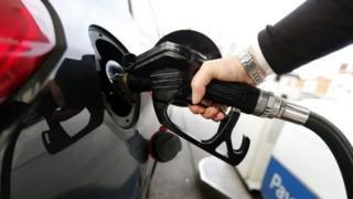 İngiltere'de benzin doldurulan bir araç