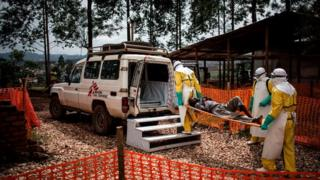 Abakora mu bikorwa by'ubuzima i Butembo muri Kongo bajyana mu bitaro umurwayi wa Ebola
