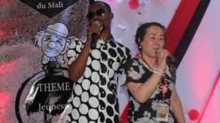 La slameuse algérienne Hadija Kahina, sur scène avec un autre slameur, au festival international de Bamako