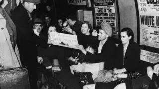 Londrinos em túnel de metrô durante a Segunda Guerra