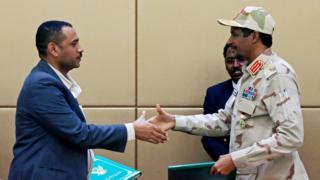 بعد توقيع الإعلان الدستوري السودانيون يستبشرون بالمستقبل ودعوات لليقظة