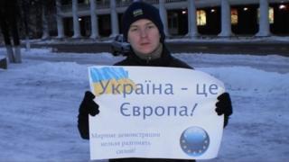 """Парень с плакатом """"Украина - это Европа"""""""