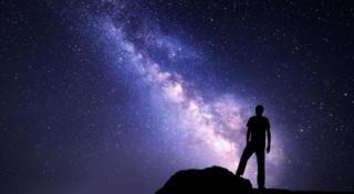 คนยืนมองกาแลกซี่บนท้องฟ้า