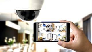 Imagen de un celular con diferentes áreas de la casa.