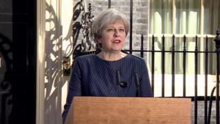 解散・総選挙を発表するテリーザ・メイ英首相(18日、首相官邸前)