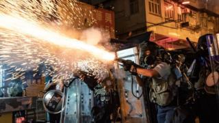 香港 九龍 深水埗 防暴 警員 發射 催淚彈 驅散 示威 者 (14/8/2019)