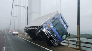 태풍 제비의 바람은 도로 위 트럭을 뒤집을 정도로 강했다