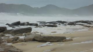 Forte ressaca na praia de Jaconé em junho de 2011, expondo afloramentos e matacões do beachrock, que protegem a praia da erosão marinha