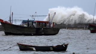 चक्रवाती तूफ़ान वायु के असर से समुद्र में ऊंची उठती लहरें