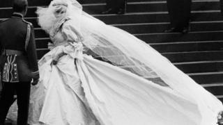 Princesa Diana entrando na igreja para se casar
