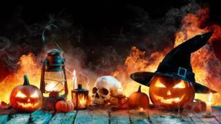 Caveiras, abóboras e chamas com tema de Halloween, ou Dia das Bruxas