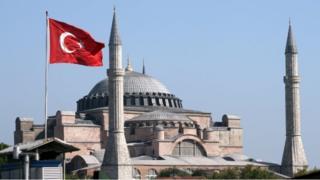 """""""Muslim tetapi sekuler, Muslim tetapi Fasis, Muslim tetapi Komunis yang mendukung demokrasi,"""" kata pengamat. (Foto: Hagia Sophia, Istanbul)."""
